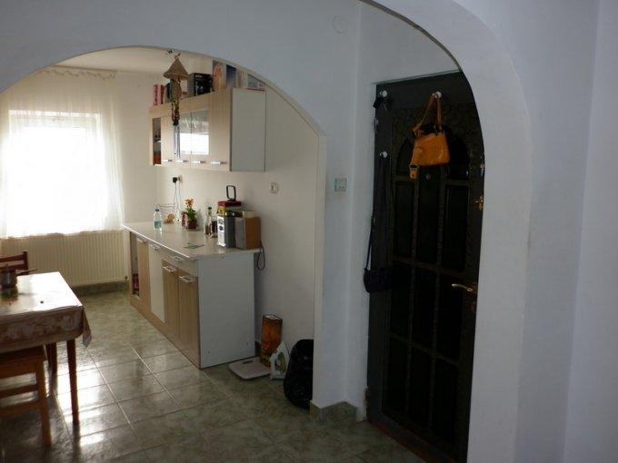 Apartament vanzare Micro 4 cu 3 camere, etajul 4, 2 grupuri sanitare, cu suprafata de 69 mp. Targoviste, zona Micro 4.