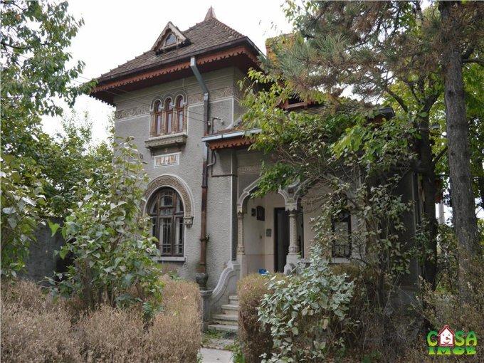 Targoviste casa cu 4 camere, 1 grup sanitar, cu suprafata utila de 110 mp, suprafata teren 800 mp si deschidere de 35 metri. In orasul Targoviste.