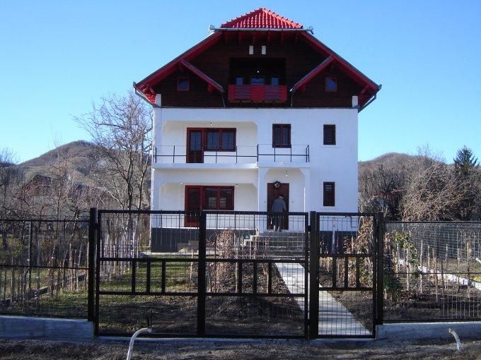 Casa de vanzare in Motaieni cu 6 camere, cu 2 grupuri sanitare, suprafata utila 230 mp. Suprafata terenului 400 metri patrati, deschidere 15 metri. Pret: 109.000 euro. Casa