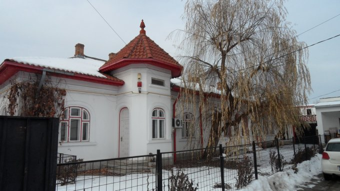 Casa de vanzare in Targoviste cu 7 camere, cu 3 grupuri sanitare, suprafata utila 200 mp. Suprafata terenului 438 metri patrati, deschidere 12 metri. Pret: 179.000 euro negociabil. Casa
