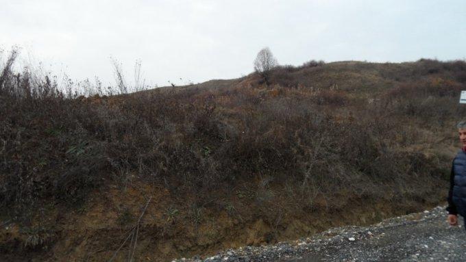 Teren intravilan de vanzare in Targoviste, zona Valea Voievozilor. Suprafata terenului 83000 metri patrati, deschidere 240 metri. Pret: 415.000 EUR negociabil.