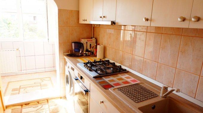 Apartament de vanzare direct de la proprietar, in Iasi, in zona C.U.G, cu 65.000 euro. 2  balcoane, 1 grup sanitar, suprafata utila 70 mp.