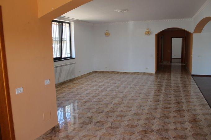 Vila de vanzare direct de la agentie imobiliara, in Otopeni, zona Centru, cu 260.000 euro negociabil. 1  balcon, 3 grupuri sanitare, suprafata utila 193 mp. Are 1 etaj si 4 camere.