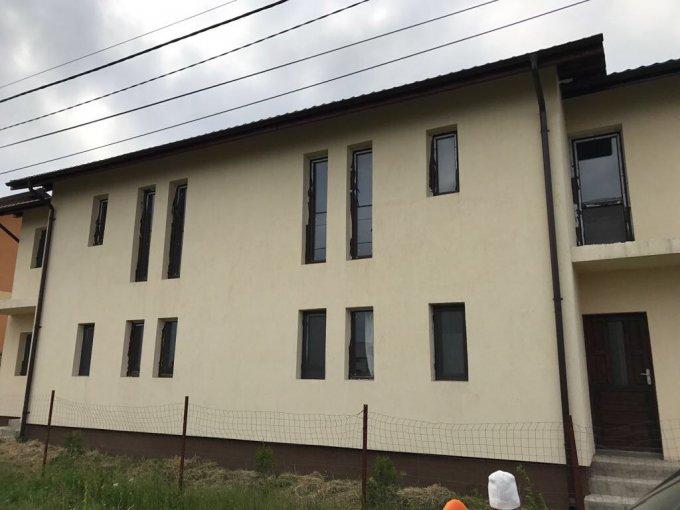 Vila de vanzare cu 3 camere, cu 2 grupuri sanitare, suprafata utila 100 mp. Suprafata terenului 225 metri patrati, deschidere 15 metri. Pret: 70.000 euro negociabil. Vila