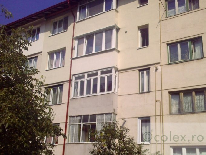 Apartament vanzare Semicentral cu 2 camere, etajul 1, 1 grup sanitar, cu suprafata de 49 mp. Sinaia, zona Semicentral.