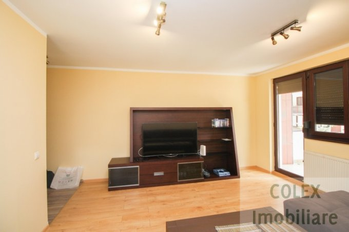 vanzare Apartament Sinaia cu 3 camere, cu 2 grupuri sanitare, suprafata utila 65 mp. Pret: 75.000 euro negociabil.