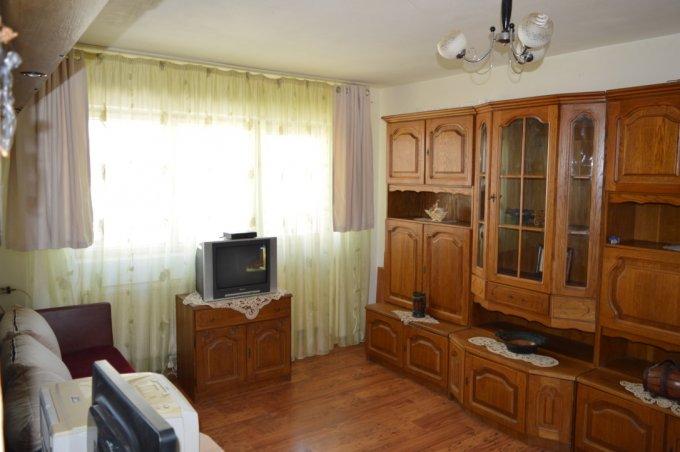 Apartament de inchiriat in Ploiesti cu 3 camere, cu 2 grupuri sanitare, suprafata utila 70 mp. Pret: 280 euro. Usa intrare: Aluminiu. Mobilat modern.