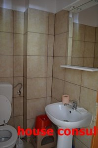 vanzare Apartament Sinaia cu 3 camere, cu 1 grup sanitar, suprafata utila 90 mp. Pret: 63.000 euro. Incalzire: Centrala proprie a locuintei.