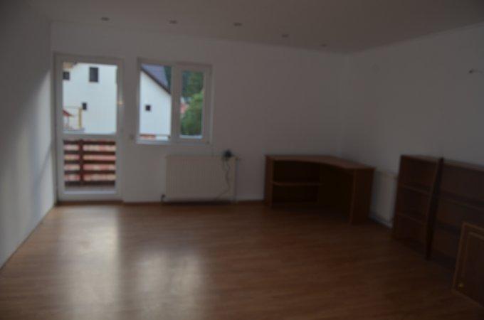Apartament de vanzare in Busteni cu 4 camere, cu 1 grup sanitar, suprafata utila 90 mp. Pret: 53.000 euro. Usa intrare: Metal. Usi interioare: Panel.