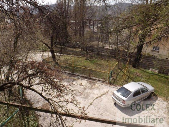 Apartament de vanzare in Comarnic cu 6 camere, cu 3 grupuri sanitare, suprafata utila 245 mp. Pret: 77.000 euro negociabil.