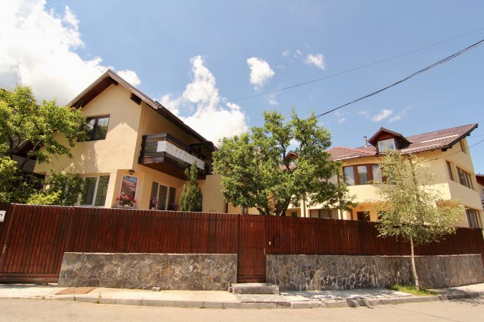 Casa de vanzare direct de la proprietar, in Busteni, zona Poiana Tapului, cu 344.000 euro. 5 grupuri sanitare, suprafata utila 529 mp. Are  15 camere.