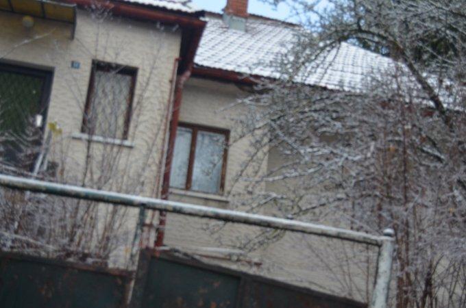 Casa de vanzare direct de la agentie imobiliara, in Busteni, zona Centru, cu 20.000 euro. 1 grup sanitar, suprafata utila 83 mp. Are  2 camere.