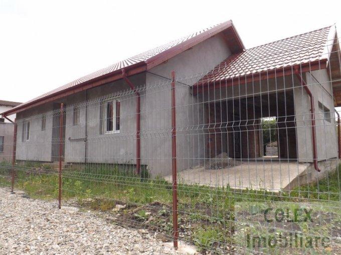 Centru Breaza casa cu 3 camere, 2 grupuri sanitare, cu suprafata utila de 148 mp, suprafata teren 450 mp si deschidere de 20 metri. In orasul Breaza Centru.