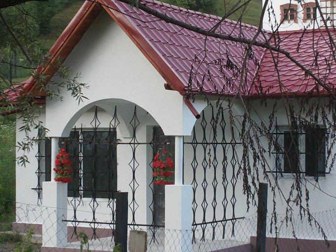 Nord Valenii de Munte casa cu 3 camere, 1 grup sanitar, cu suprafata utila de 60 mp, suprafata teren 600 mp si deschidere de 15 metri. In orasul Valenii de Munte Nord.
