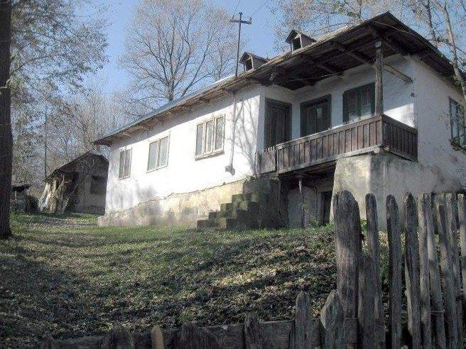 Slanic casa cu 4 camere, 1 grup sanitar, cu suprafata utila de 80 mp, suprafata teren 600 mp si deschidere de 20 metri. In orasul Slanic.