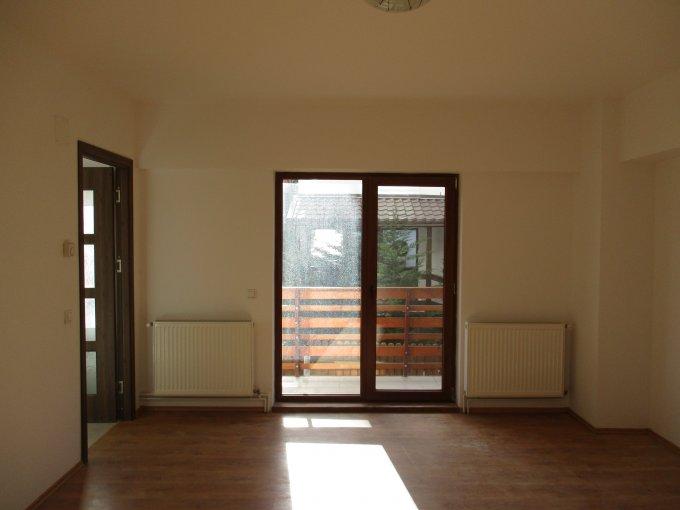 Garsoniera de vanzare in Sinaia, cu 1 grup sanitar, suprafata utila 64 mp. Pret: 50.571 euro. Usa intrare: Metal. Usi interioare: Lemn.