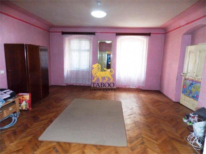 Apartament de vanzare in Sibiu cu 3 camere, cu 2 grupuri sanitare, suprafata utila 120 mp. Pret: 65.000 euro.