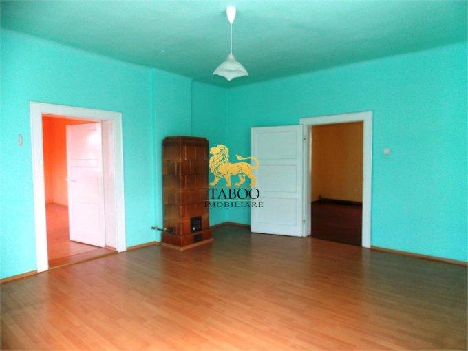 Apartament de inchiriat in Sibiu cu 3 camere, cu 2 grupuri sanitare, suprafata utila 92 mp. Pret: 400 euro.