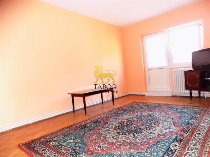 Apartament inchiriere Sibiu 4 camere, suprafata utila 85 mp, 1 grup sanitar. 300 euro. Etajul 3 / 4. Apartament Vasile Aaron Sibiu