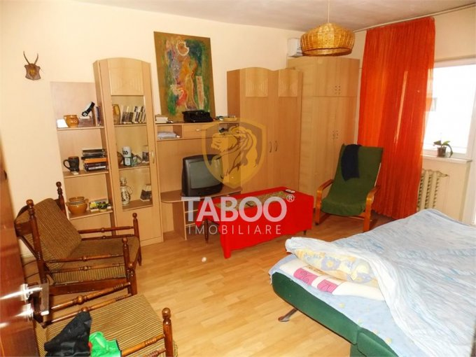 Apartament de vanzare in Sibiu cu 4 camere, cu 2 grupuri sanitare, suprafata utila 77 mp. Pret: 63.000 euro.
