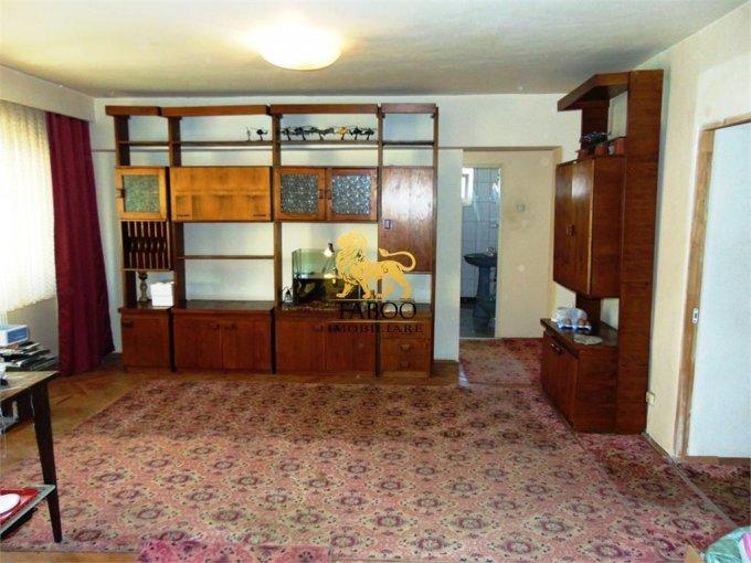 Apartament de inchiriat in Sibiu cu 5 camere, cu 2 grupuri sanitare, suprafata utila 100 mp. Pret: 399 euro.