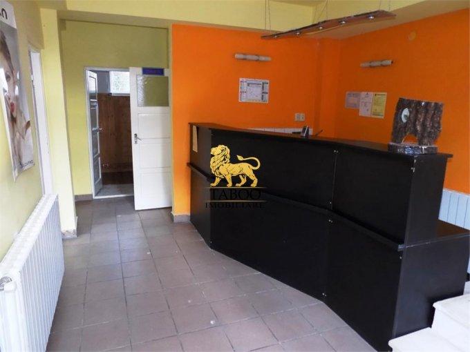 Birou de inchiriat Parcul Sub Arini Sibiu cu 2 camere, cu 1 grup sanitar, suprafata 75 mp. Pret: 300 euro.