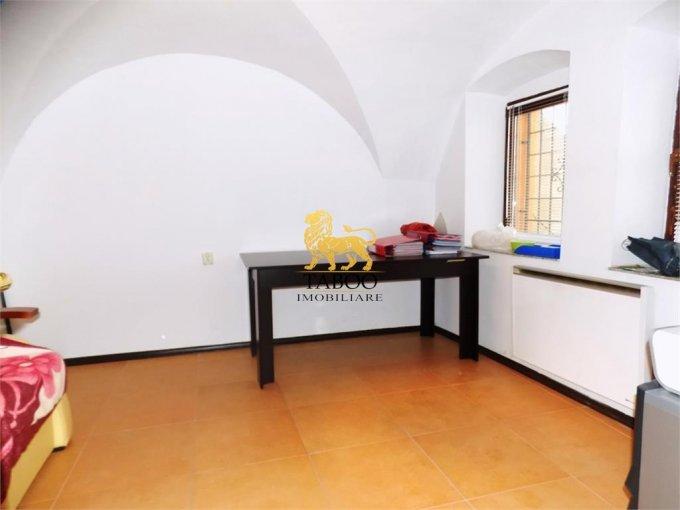 Birou de inchiriat Sibiu cu 2 camere, cu 1 grup sanitar, suprafata 33 mp. Pret: 450 euro.