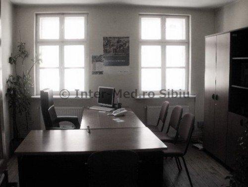 inchiriere Birou Sibiu Centru cu 4 camere, 2 grupuri sanitare, avand suprafata de 200 mp. Pret: 550 euro. Incalzire: Centrala proprie a locuintei. agentie imobiliara inchiriez Birou.