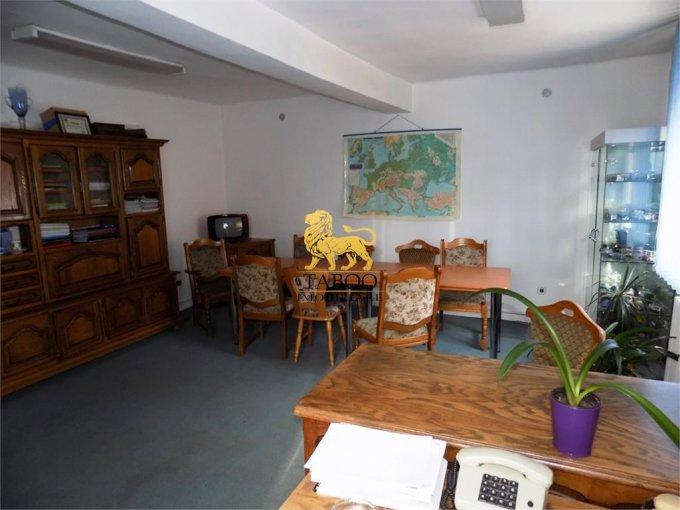 Birou de vanzare Strand Sibiu cu 8 camere, cu 3 grupuri sanitare, suprafata 590 mp. Pret: 260.000 euro.