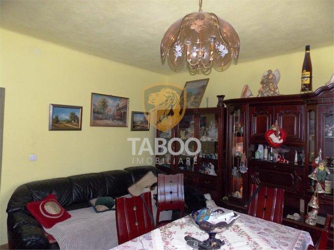 Calea Dumbravii Sibiu casa cu 10 camere, 5 grupuri sanitare, cu suprafata utila de 246 mp, suprafata teren 500 mp si deschidere de 11 metri. In orasul Sibiu Calea Dumbravii.