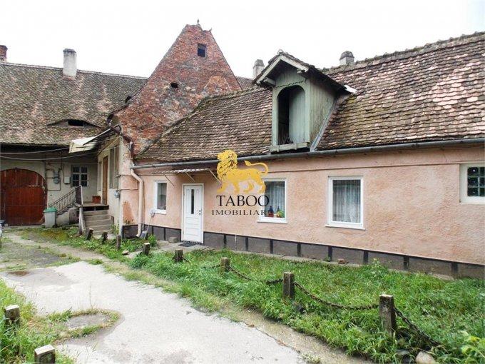 Casa de vanzare in Sibiu cu 2 camere, cu 1 grup sanitar, suprafata utila 56 mp. Suprafata terenului 319 metri patrati, deschidere 9 metri. Pret: 50.000 euro. Casa