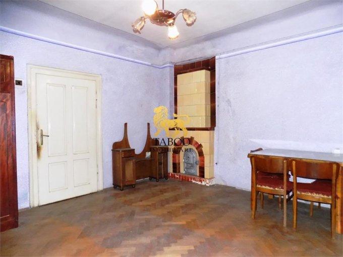 Casa de vanzare direct de la agentie imobiliara, in Sibiu, zona Orasul de Jos, cu 46.000 euro. 1 grup sanitar, suprafata utila 63 mp. Are  2 camere.