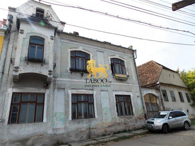 Casa de vanzare in Miercurea Sibiului cu 23 camere, cu 4 grupuri sanitare, suprafata utila 440 mp. Suprafata terenului 3700 metri patrati, deschidere 35 metri. Pret: 135.000 euro. Casa