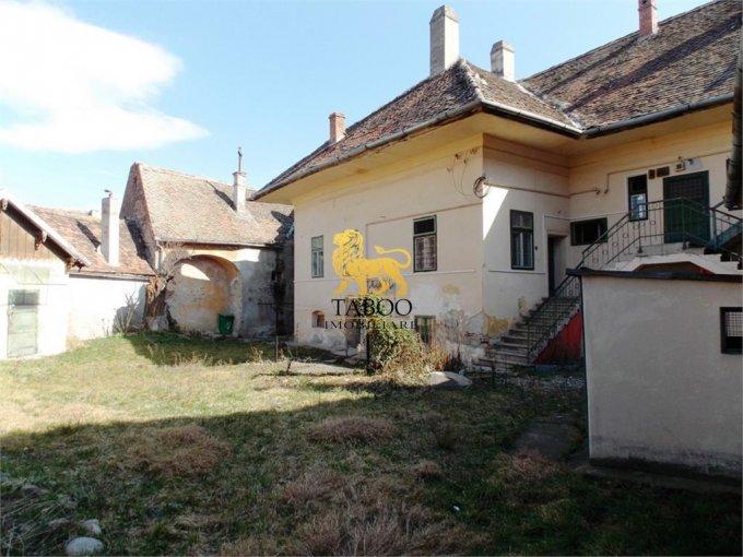 Casa de vanzare direct de la agentie imobiliara, in Sibiu, cu 360.000 euro. 5 grupuri sanitare, suprafata utila 700 mp. Are  25 camere.