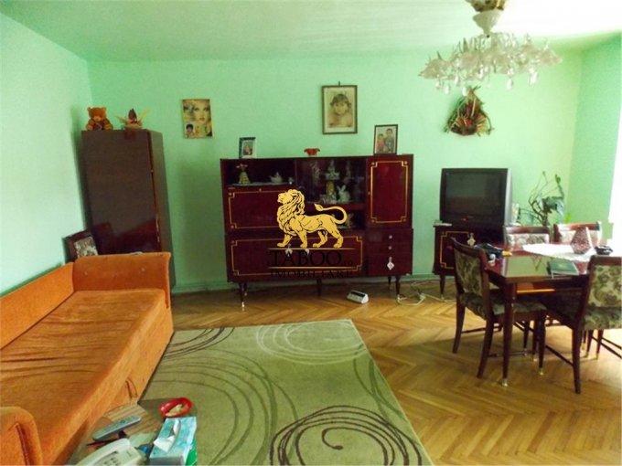 Casa de vanzare in Sibiu cu 3 camere, cu 2 grupuri sanitare, suprafata utila 104 mp. Suprafata terenului 290 metri patrati, deschidere 10 metri. Pret: 79.800 euro. Casa