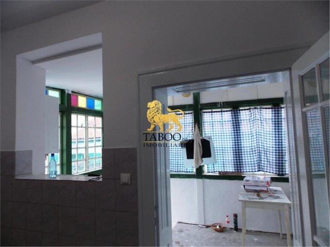 Casa de vanzare direct de la agentie imobiliara, in Sibiu, zona Orasul de Jos, cu 82.000 euro. 2 grupuri sanitare, suprafata utila 90 mp. Are  3 camere.