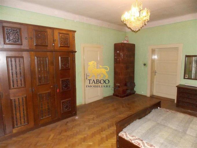 Casa de vanzare in Sibiu cu 3 camere, cu 1 grup sanitar, suprafata utila 120 mp. Suprafata terenului 414 metri patrati, deschidere 14 metri. Pret: 91.000 euro. Casa
