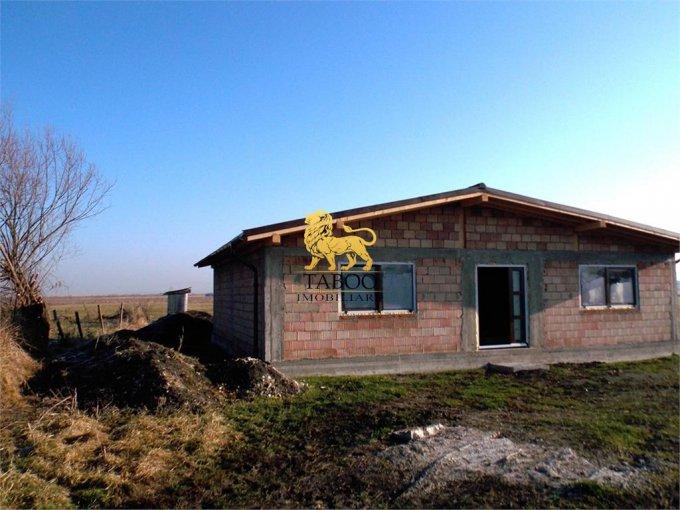 Casa de vanzare in Sura Mica cu 3 camere, cu 2 grupuri sanitare, suprafata utila 118 mp. Suprafata terenului 500 metri patrati, deschidere 18 metri. Pret: 37.500 euro. Casa