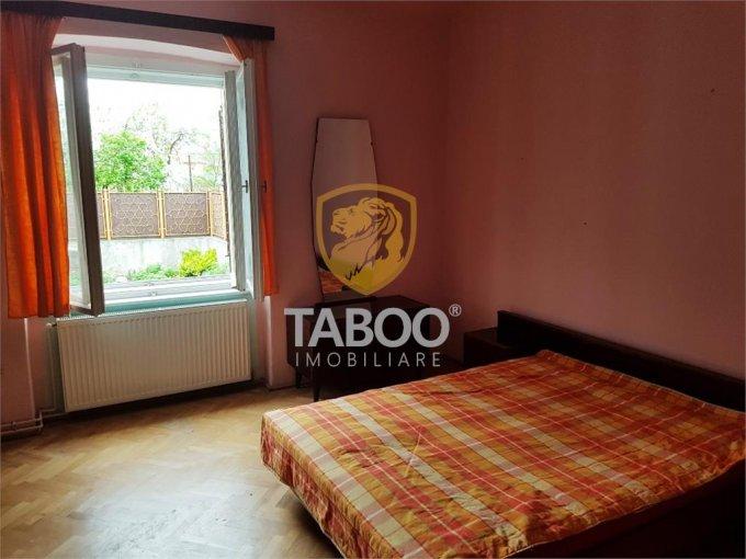Terezian Sibiu casa cu 3 camere, 2 grupuri sanitare, cu suprafata utila de 90 mp, suprafata teren 285 mp si deschidere de 6 metri. In orasul Sibiu Terezian.