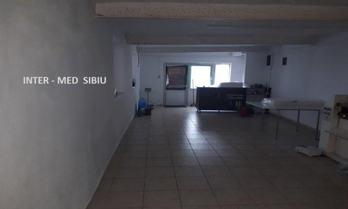 Casa de vanzare direct de la agentie imobiliara, in Sibiu, zona Stefan cel Mare, cu 165.000 euro. 1  balcon, 2 grupuri sanitare, suprafata utila 105 mp. Are  3 camere.