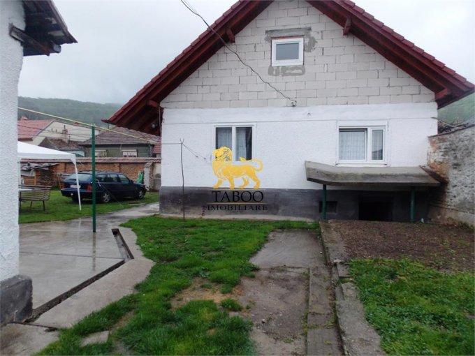 Casa de vanzare in Talmaciu cu 4 camere, cu 2 grupuri sanitare, suprafata utila 140 mp. Suprafata terenului 1745 metri patrati, deschidere 267 metri. Pret: 85.000 euro. Casa