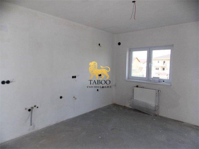 Calea Cisnadiei Sibiu casa cu 4 camere, 2 grupuri sanitare, cu suprafata utila de 125 mp, suprafata teren 240 mp si deschidere de 10 metri. In orasul Sibiu Calea Cisnadiei.