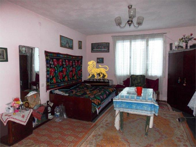 Casa de vanzare in Talmaciu cu 4 camere, cu 1 grup sanitar, suprafata utila 120 mp. Suprafata terenului 500 metri patrati, deschidere 20 metri. Pret: 39.900 euro. Casa
