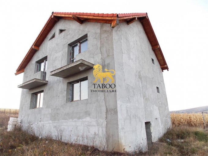 Casa de vanzare in Sura Mare cu 4 camere, cu 2 grupuri sanitare, suprafata utila 115 mp. Suprafata terenului 500 metri patrati, deschidere 16 metri. Pret: 53.000 euro. Casa