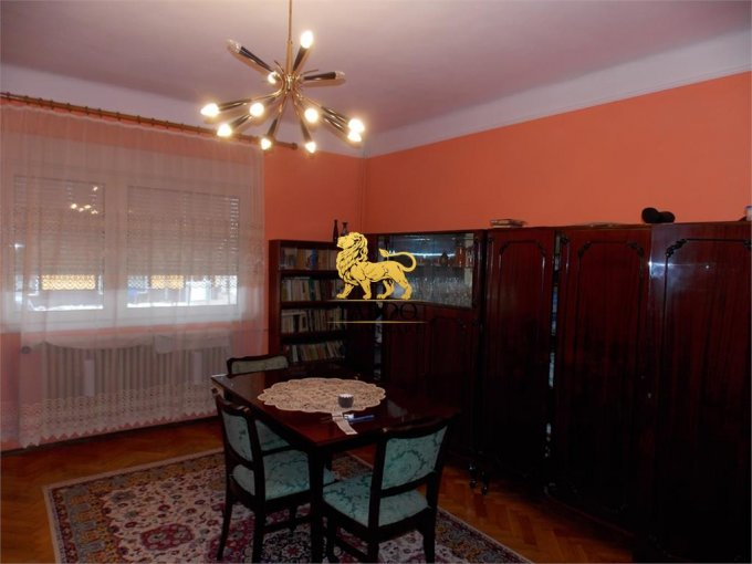 Casa de vanzare in Sibiu cu 4 camere, cu 2 grupuri sanitare, suprafata utila 130 mp. Suprafata terenului 900 metri patrati, deschidere 25 metri. Pret: 110.000 euro. Casa