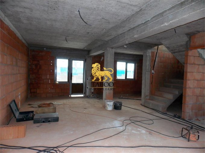 vanzare Casa Sibiu Piata Cluj cu 4 camere, 2 grupuri sanitare, avand suprafata utila 130 mp. Pret: 75.000 euro. agentie imobiliara vand Casa.