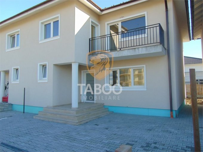 Casa de vanzare in Sibiu cu 4 camere, cu 2 grupuri sanitare, suprafata utila 115 mp. Suprafata terenului 235 metri patrati, deschidere 10 metri. Pret: 95.000 euro. Casa
