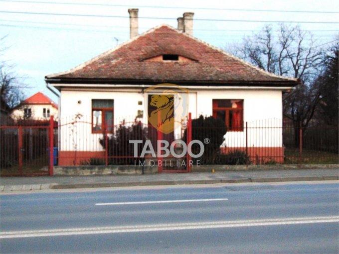 Casa de vanzare in Sibiu cu 4 camere, cu 3 grupuri sanitare, suprafata utila 160 mp. Suprafata terenului 900 metri patrati, deschidere 20 metri. Pret: 245.000 euro. Casa