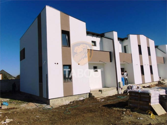 Casa de vanzare in Sibiu cu 4 camere, cu 2 grupuri sanitare, suprafata utila 104 mp. Suprafata terenului 110 metri patrati, deschidere 10 metri. Pret: 69.000 euro. Casa