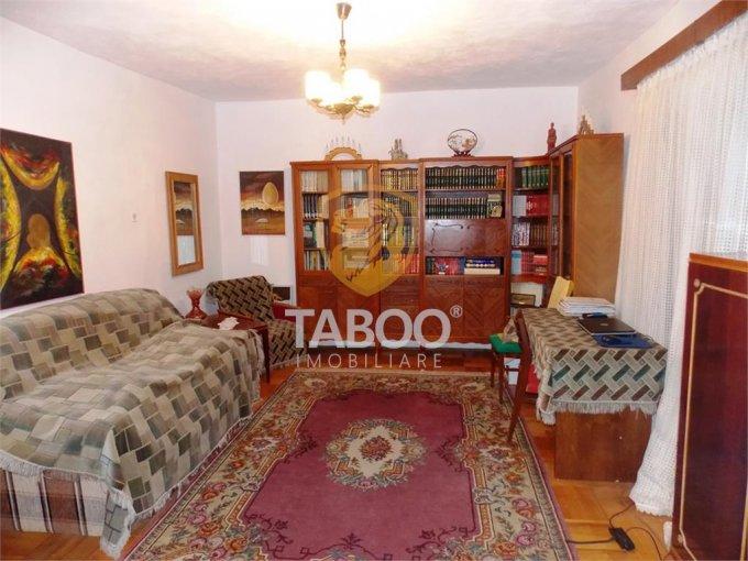 Casa de vanzare in Sibiu cu 4 camere, cu 2 grupuri sanitare, suprafata utila 140 mp. Suprafata terenului 299 metri patrati, deschidere 10 metri. Pret: 123.500 euro. Casa